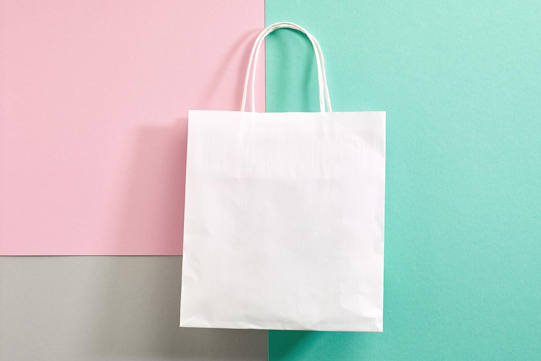 Geschenktüte auf farbigem Hintergrund