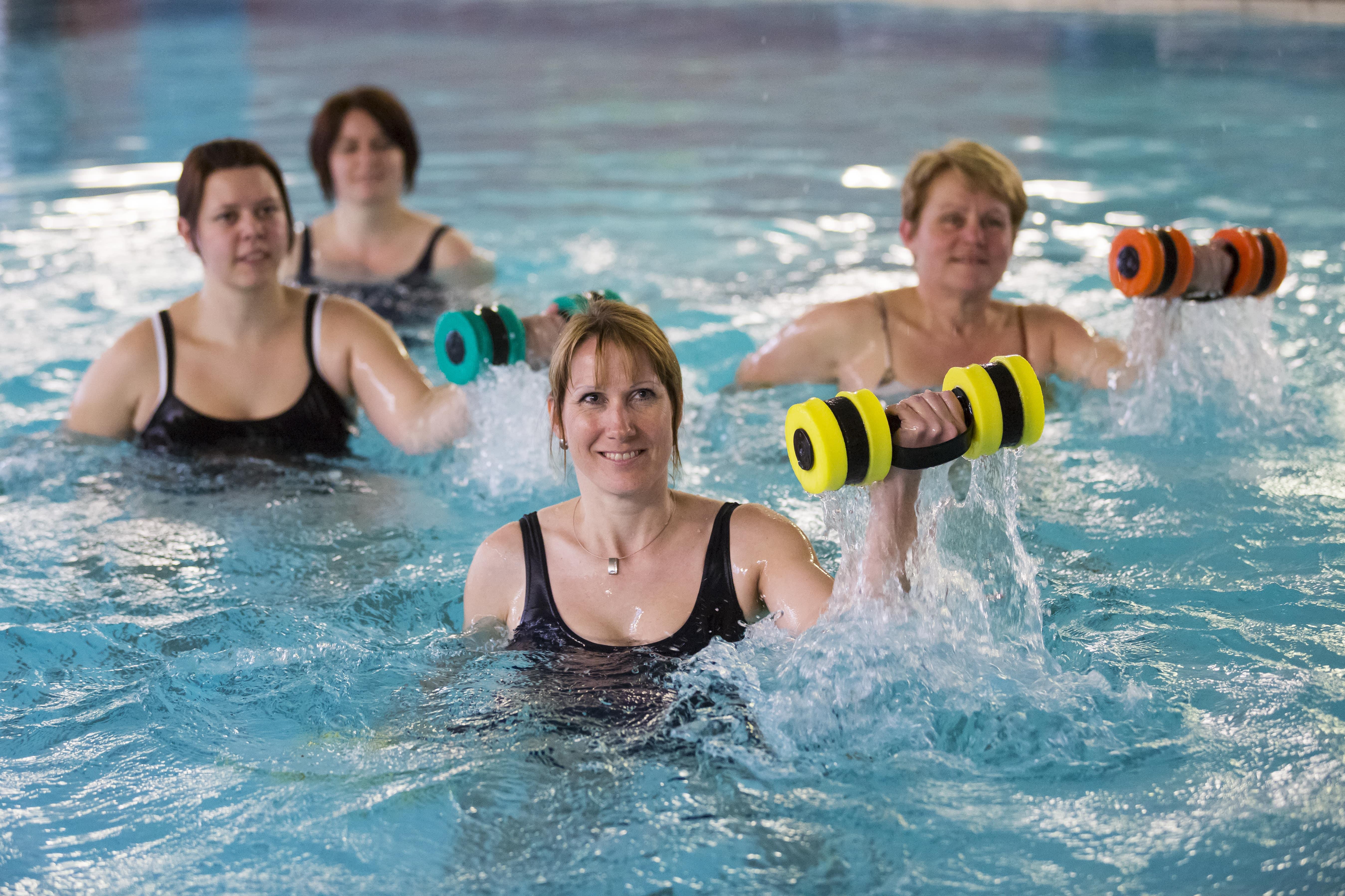Damen beim Aqua-Kurs