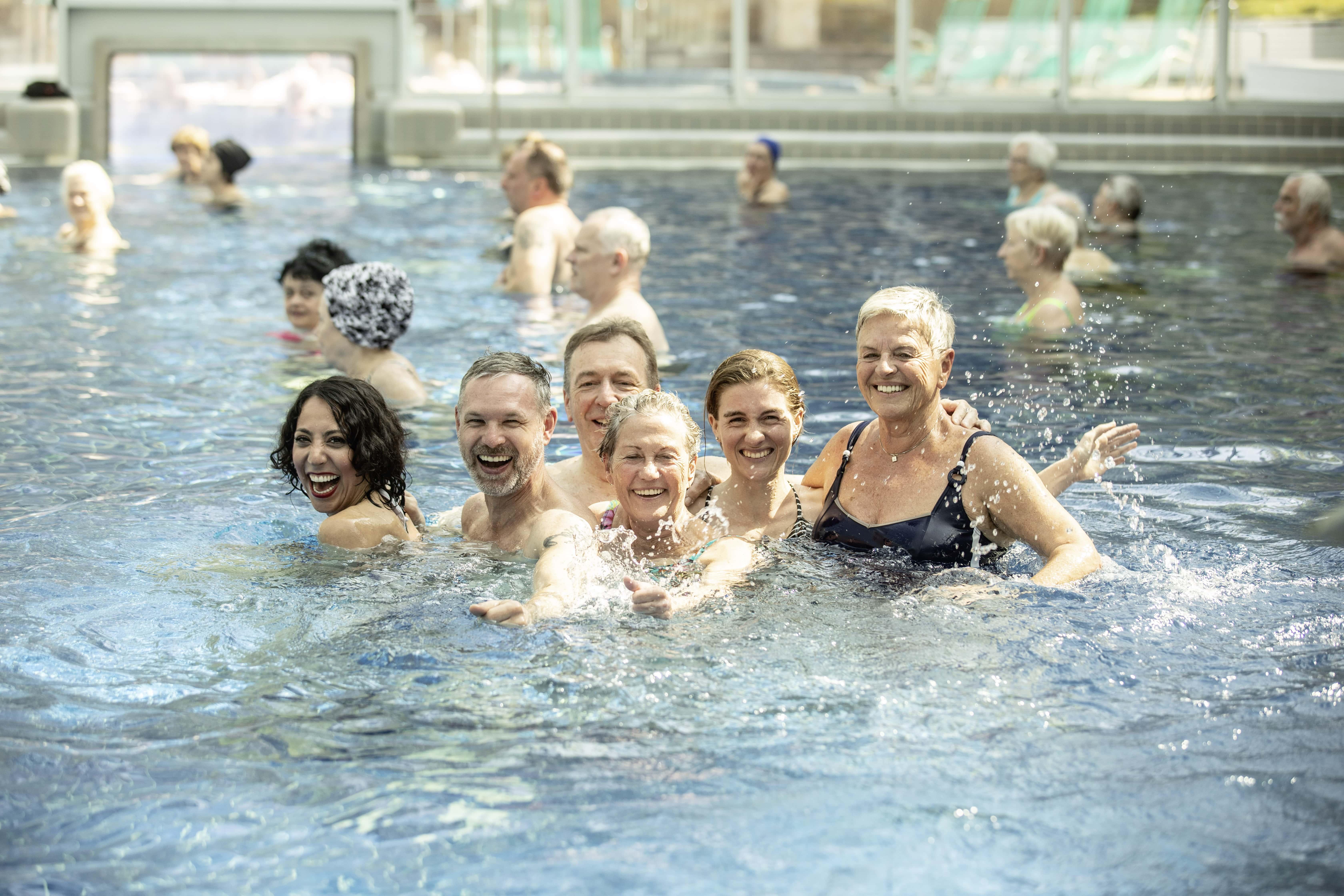 Personengruppe lachend im Außenbecken