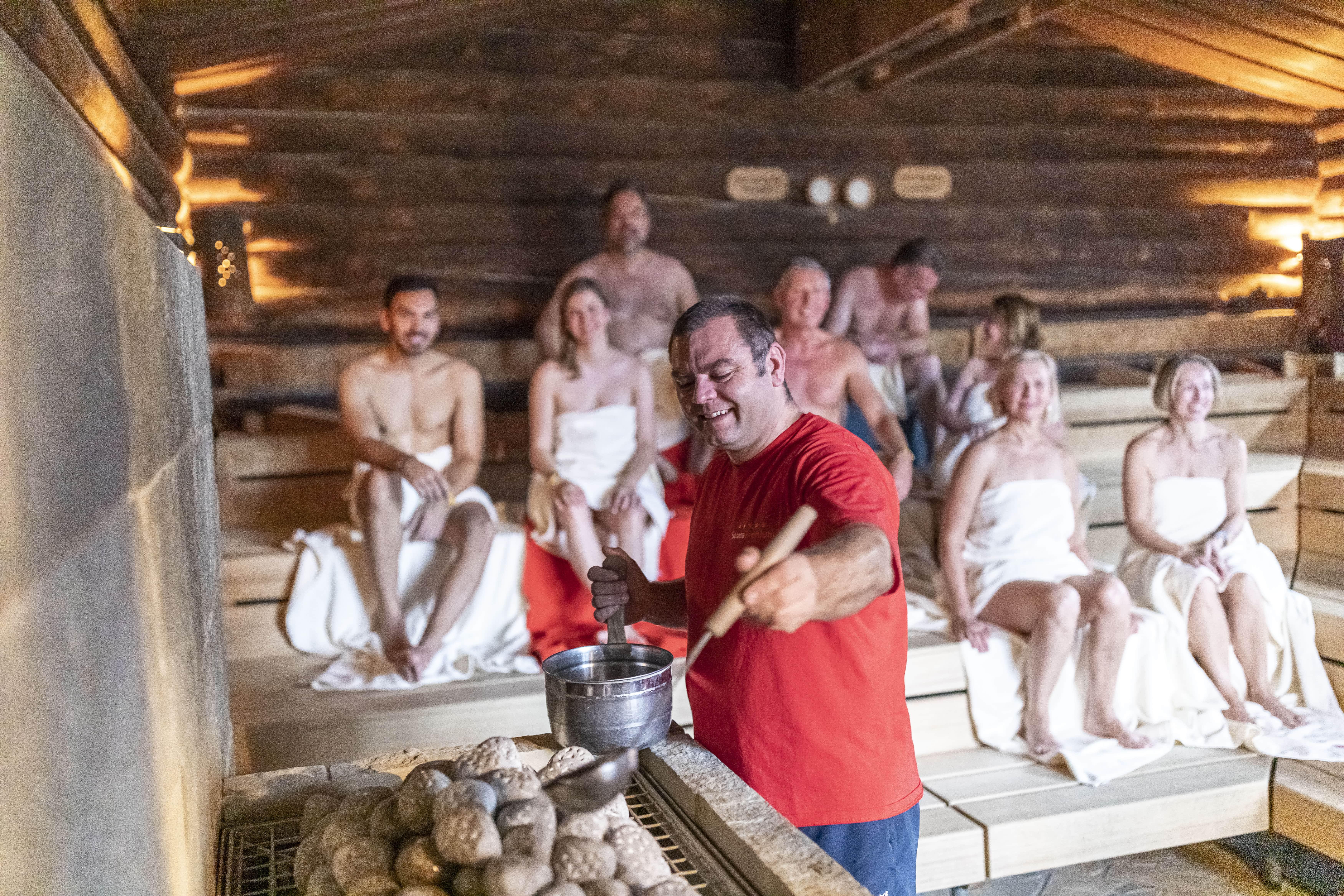 Handaufguss in der Kelo-Sauna